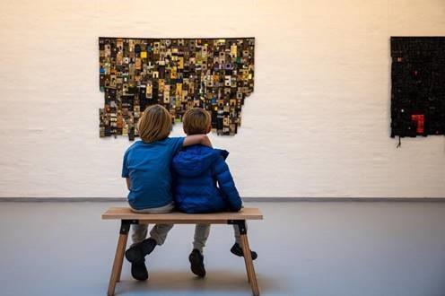 to børn ser på kunst